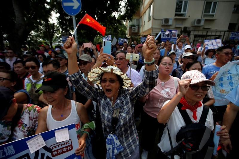 親中派團體前往《香港電台》抗議,期間有記者遭圍毆。(路透)