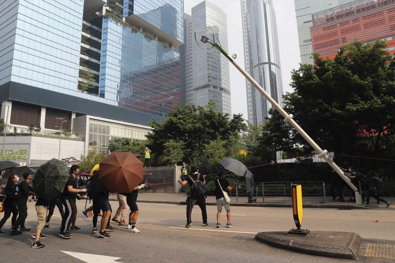 示威群眾推倒一支智慧燈柱,並在其中發現網路線等零件。(美聯社)