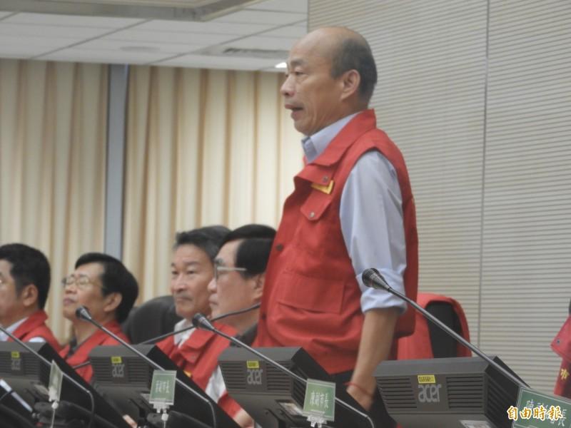 韓國瑜今天準時主持防災會議,還自誇「我從小就有這個好習慣」。(記者葛祐豪攝)