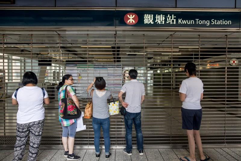 港鐵上午臨時宣布,整整半條觀塘線都將於中午停駛,引發許多市民不滿。(彭博)