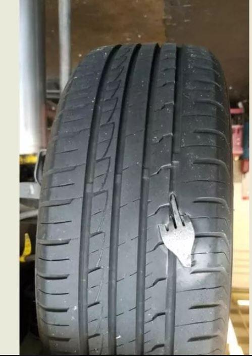 網友的車輪被一支叉子深深嵌入,露出的部分還「指中指」。(圖擷自爆廢公社)
