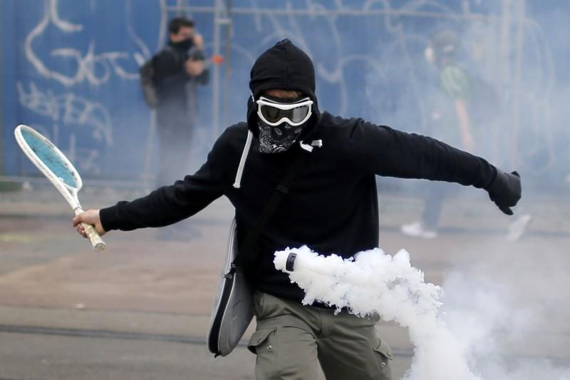 2016年法國的示威者就曾將網球拍帶上街頭,對付催淚彈。(路透)