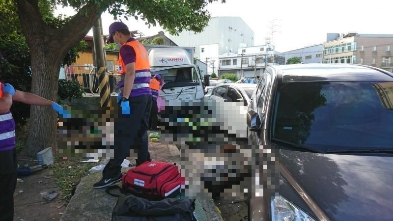 26歲朱姓貨車駕駛今酒駕狂飆,行經桃園市蘆竹區中興路時,高速過彎衝撞路邊車輛、打掃的環保志工,釀3死意外。(消防局提供)