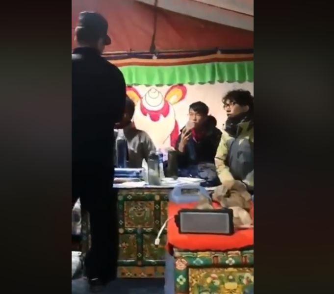 有多名香港大學生在西藏珠穆朗瑪峰被中國公安扣查,疑似是因他們曾發表關於支持香港民主等言論。(圖擷取自臉書Campus TV, HKUSU 香港大學學生會校園電視)