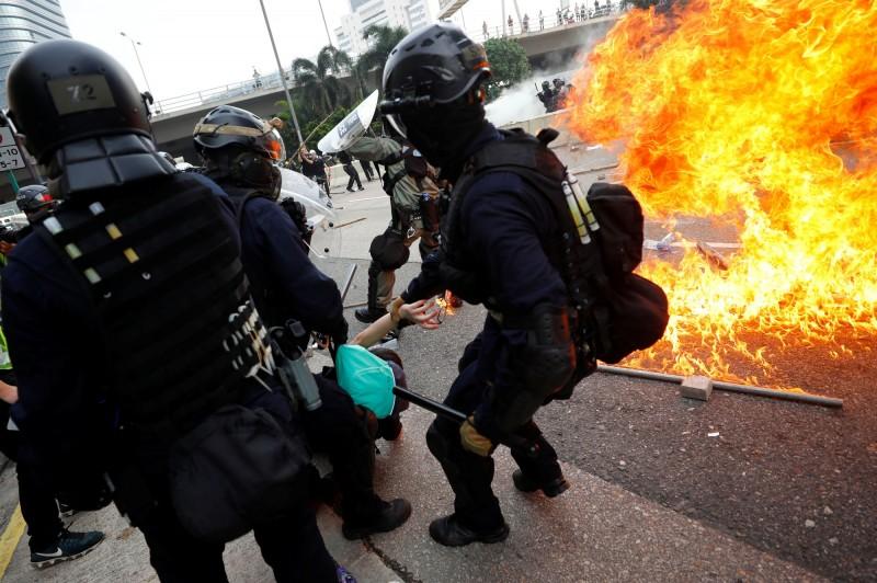 警方舉出紅旗後,有人投擲疑似為燃燒彈之物品。(路透)