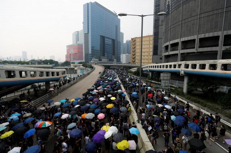 香港民眾今日再度發起反送中遊行,呼籲港府回應訴求。(路透)