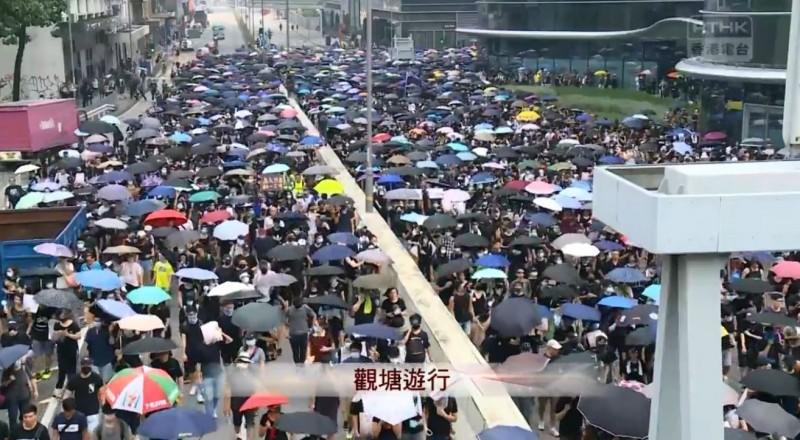 遊行於下午1時20分正式出發,即便港鐵停駛,依然有非常多市民前往參與。(擷取自《香港電台》直播畫面)