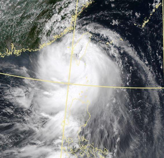 今年第11號颱風「白鹿」已於今天下午1時正式登陸屏東縣滿州鄉。(擷取自中央氣象局)