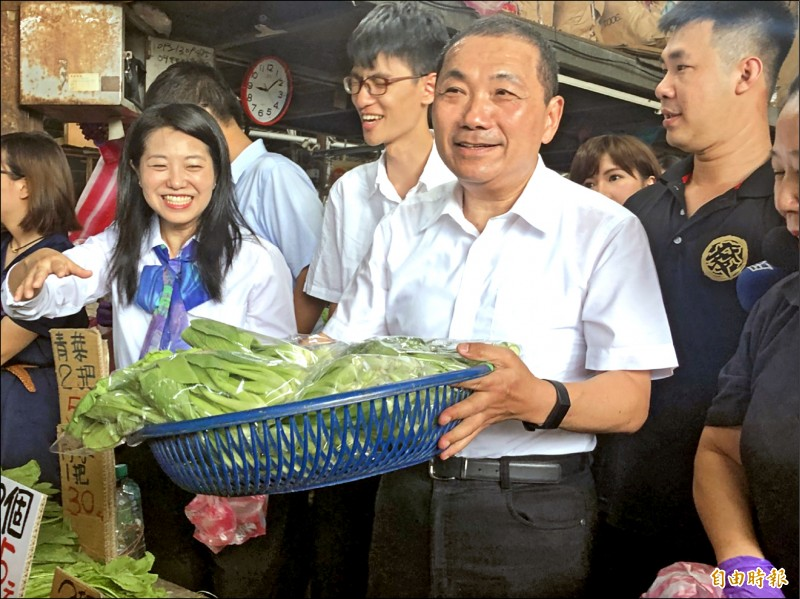 新北市長侯友宜昨稱自己從小在菜市場長大,對於如何擺設蔬果、如何叫賣攬客,相當得心應手。(記者周湘芸攝)