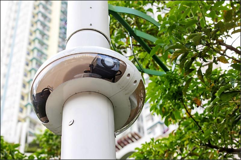 香港觀塘區裝設的「智慧燈柱」。(彭博)