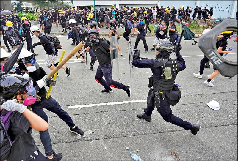 部分示威者24日在觀塘區向警方丟擲汽油彈、磚頭、鐵條等物品。(路透)