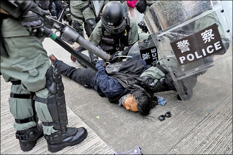 香港鎮暴警察24日在觀塘區壓制示威民眾。(歐新社)