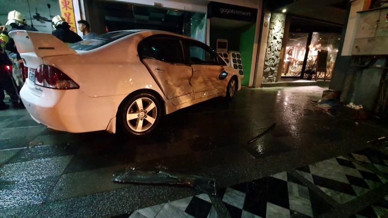 羅姓男子酒駕,昨晚10點多開車行經國聯一路時,先是撞上同向一輛汽車,再失控衝撞路旁停放的二輛汽車後再衝向人行道。(記者王錦義翻攝)