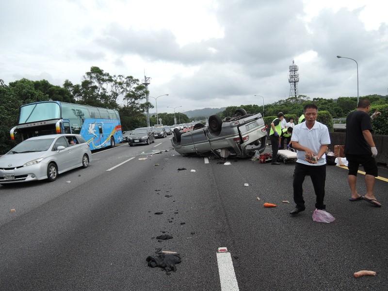 1輛搭載8名年長一貫道道親的8人座廂型車,今天早上疑因左後輪爆胎導致翻覆,7人輕傷,1人被送醫搶救卻於到院前失去生命跡象。(記者黃美珠翻攝)
