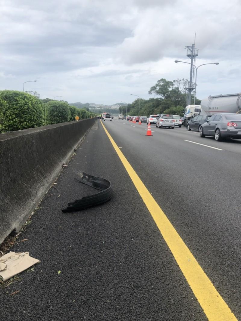 翻覆的廂型車疑因左後輪胎爆胎釀禍。(記者黃美珠翻攝)