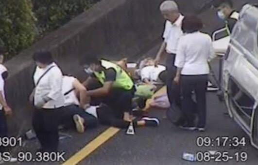 疑似趕路要南下朝拜的廂型車疑因爆胎翻覆,造成車上8名年長的道親7人輕傷,1人被送到醫院前失去生命跡象。(記者黃美珠翻攝)