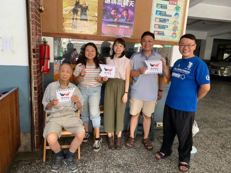 高齡90歲新榮戲院老闆江金富(左一)日前向台灣圖書室文化協會執行長郭盈良(右二)等人證實戲院已出售。(圖由郭盈良提供)
