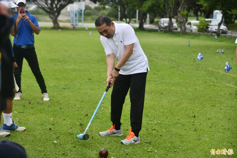 新北市長侯友宜今天早上受邀出席秋季體育聯合競賽木球邀請賽。(記者陳心瑜攝)