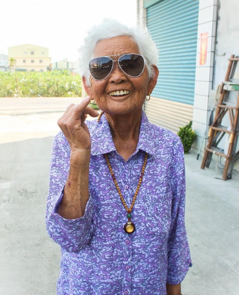 全台最老老YouTuber「快樂嬤」,高齡86歲的劉張秀,享壽86歲。(圖擷取自6YingWei快樂姐臉書)
