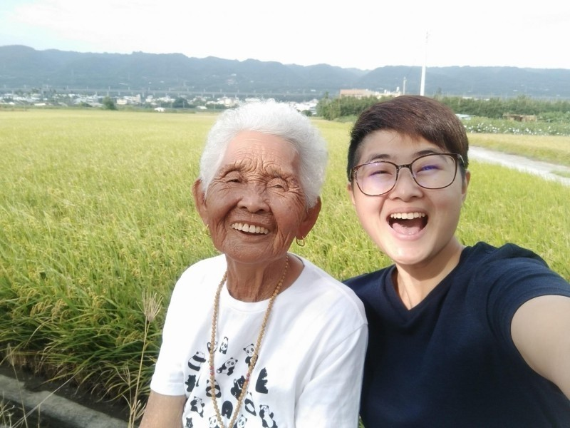 快樂嬤劉張秀(左)與孫女快樂姊劉瑩惟,經常拍攝影片分享生活點滴。(圖擷取自6YingWei快樂姐臉書)