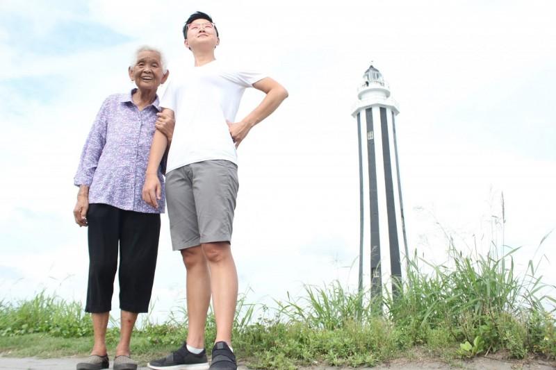 快樂姊劉瑩惟日前帶快樂嬤到王功燈塔前留影,告訴大家祖父母節是「全民返孝日」,愛要及時。(圖擷取自6YingWei快樂姐臉書)