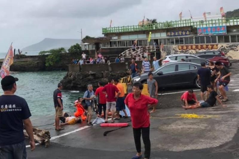 墾丁紅柴坑休旅車打滑衝入海,居民協力搶救9人無礙。(漁夫海產提供)