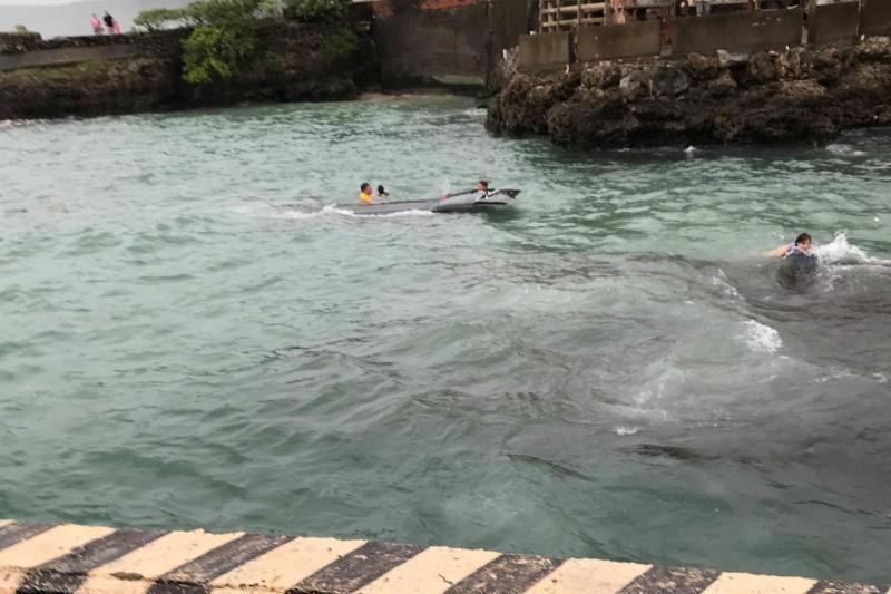 附近海產店員工跳下海救人。(漁夫海產提供,記者蔡宗憲翻攝)