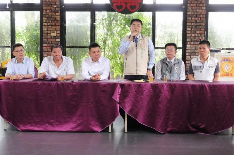 黃偉哲表示,台南這次的選情正處在內外交迫的危急邊緣,絕不能分票。(民進黨台南市黨部提供)