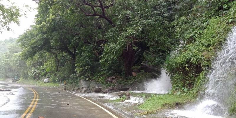 白鹿颱風過境,通往玉山園區的道路出現落石,山溝水勢也漫向路面。(玉管處提供)