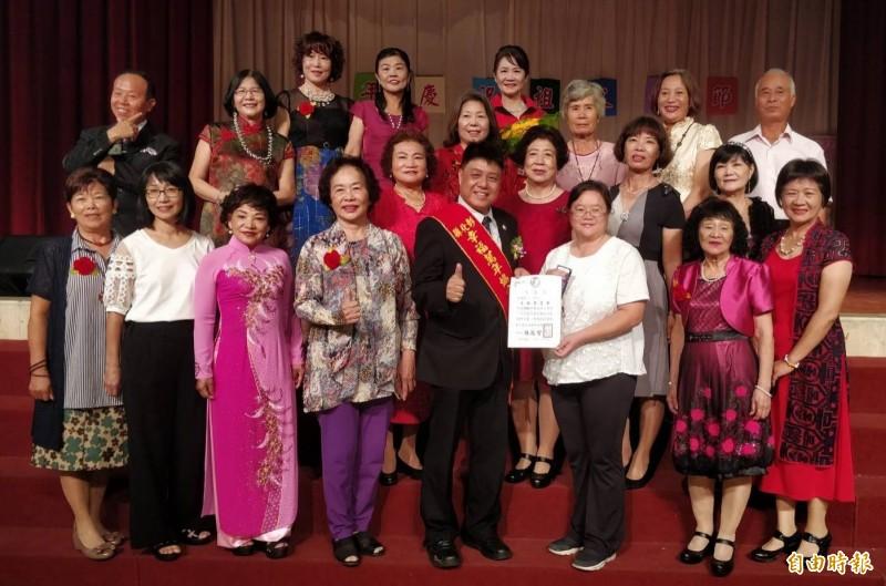 彰化縣幸福萬年協會表揚多位祖父母,不少阿嬤阿公穿回當年結婚禮服,盛裝出席。(記者陳冠備攝)