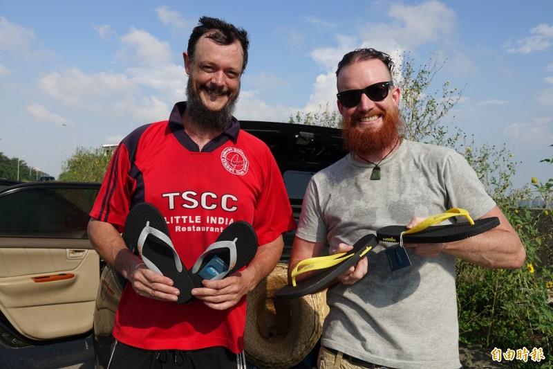 來自紐西蘭的Justin(圖左)和Andrew兄弟檔,使用回收塑料,做出MIT的夾腳拖。(記者劉曉欣攝)