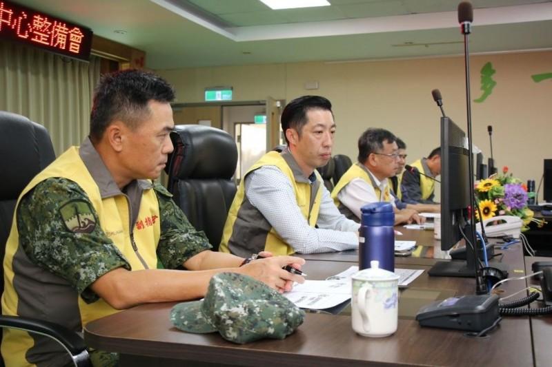 澎防部指揮官呂坤修〈左〉參加整備會議,由縣長賴峰偉主持。(澎湖防衛指揮部提供)