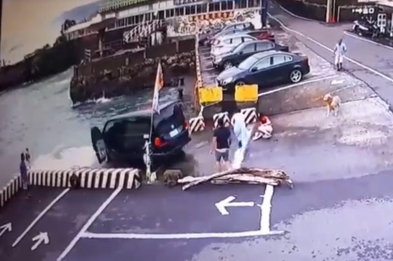 休旅車衝下紅柴坑漁港。(記者蔡宗憲翻攝)