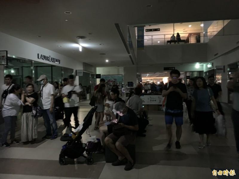 台中港三井OUTLET發生大規模停電,遊客摸黑等待。(記者張軒哲攝)