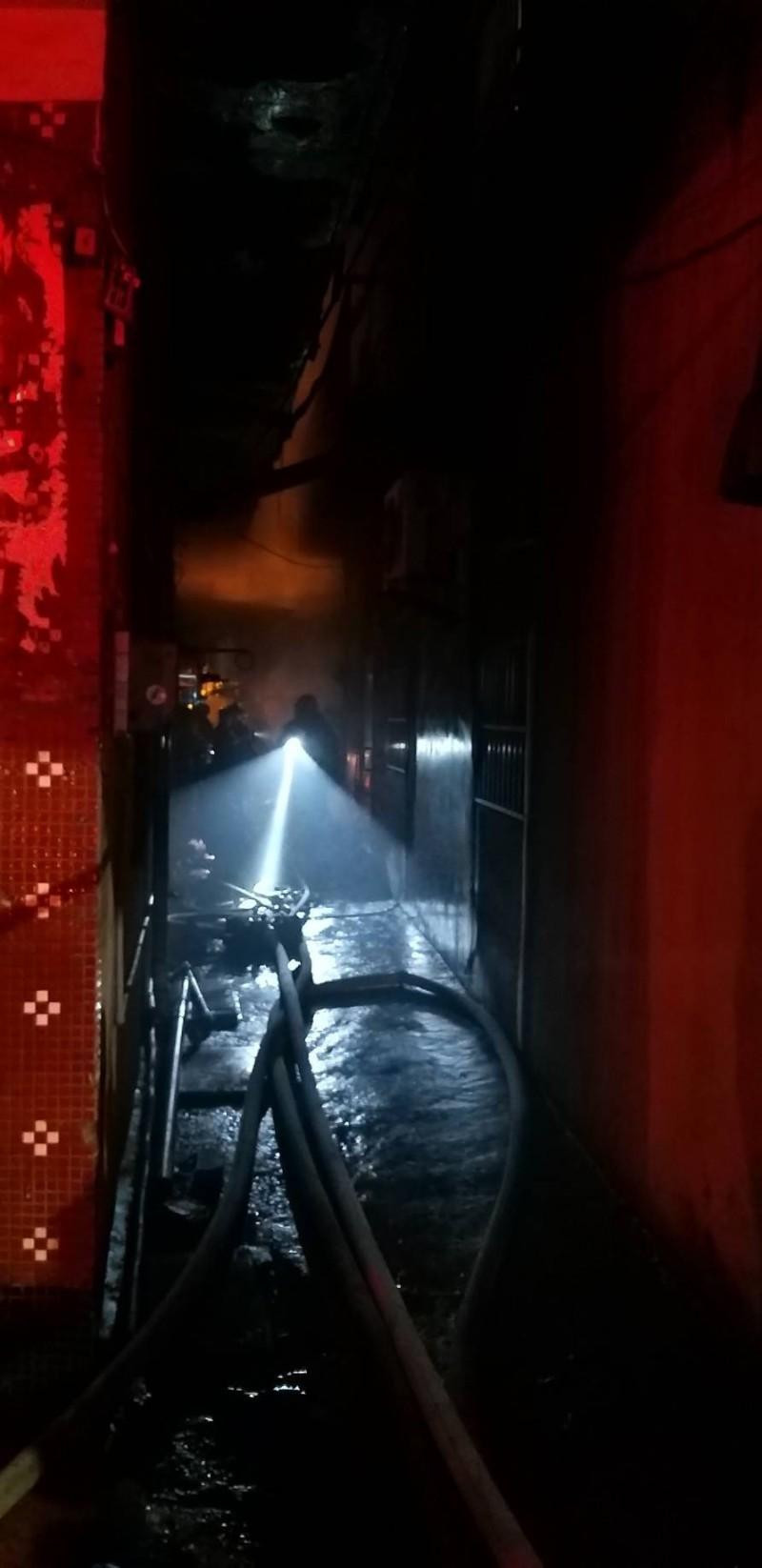 高雄市前鎮鎮發街一處平房晚間火警,一男子陳屍現場。(記者方志賢翻攝)