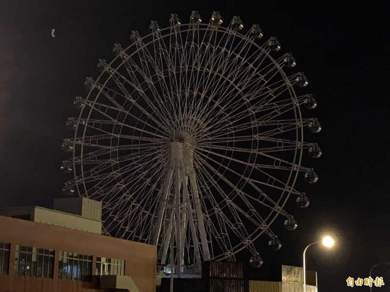 三井OUTLET大停電,摩天輪黯然失色,被困在半空中的數十名遊客嚇壞了。(記者張軒哲攝)