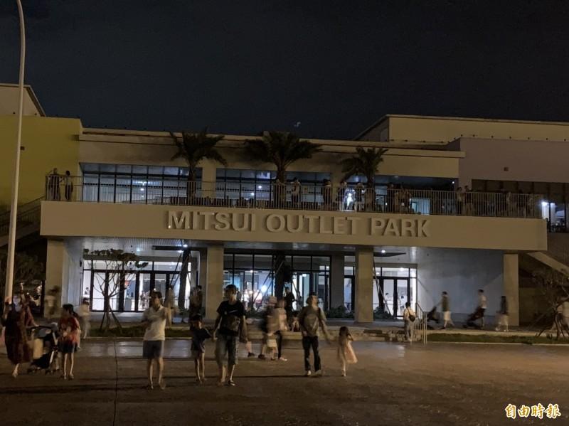 三井OUTLET發生開業近一年來最大規模停電,遊客摸黑離場。(記者張軒哲攝)