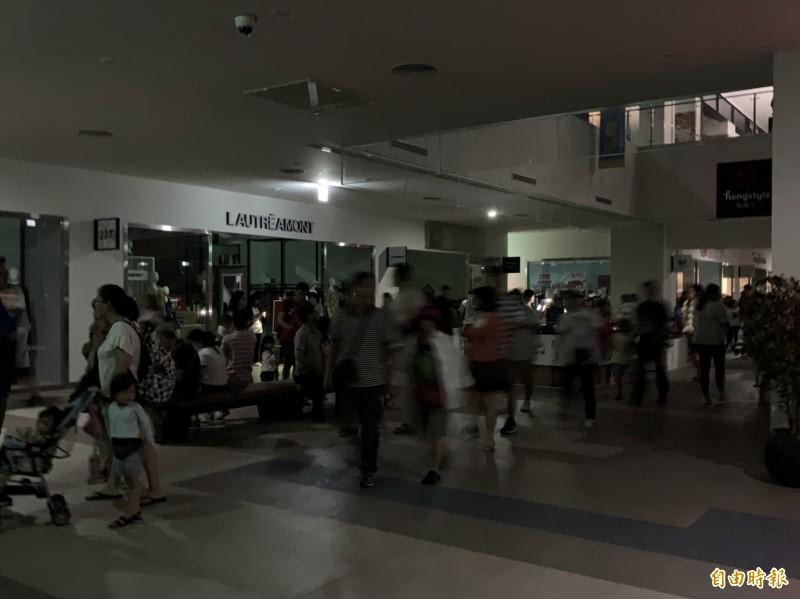 三井OUTLET發生開業近一年來最大規模停電,遊客摸黑逛街。(記者張軒哲攝)
