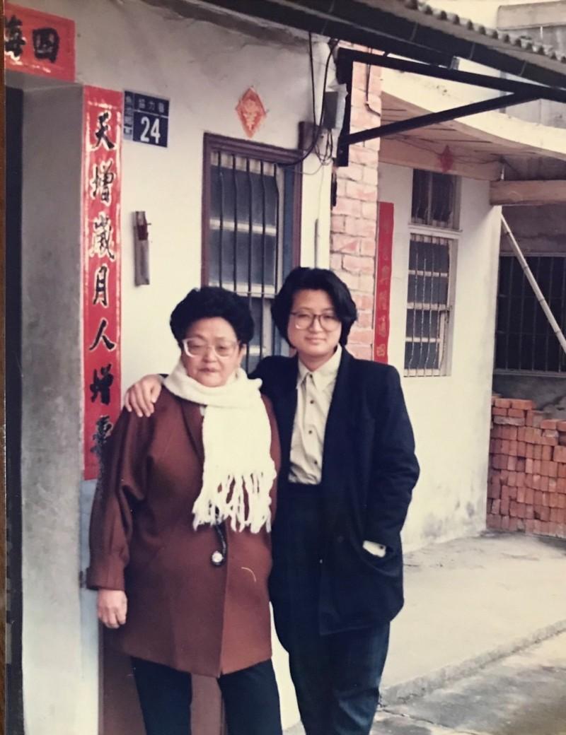 蔡培慧(右)在祖父母節這天,找出她跟阿嬤的老照片,表達對阿嬤的思念。(圖擷自蔡培慧臉書)
