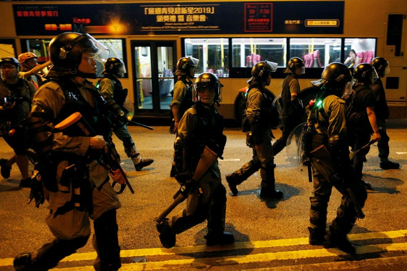 香港警方晚間逮捕多人,其中包括合法遊行申請人劉穎匡及其他遊行糾察,罪名為涉嫌非法集結。(路透)