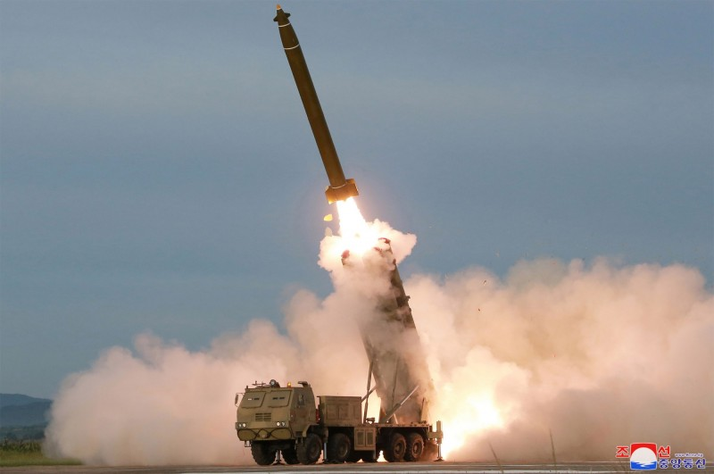 不滿美韓軍演 金正恩視察「超大型多管火箭發射器」試射