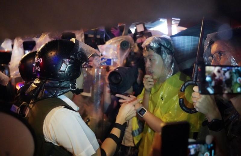 有議員要求現場指揮官解釋逮捕罪名時,警方則表示,「沒有罪名」、「不知道什麼原因」。(圖擷取自TG_香港眾志)<br /><p>