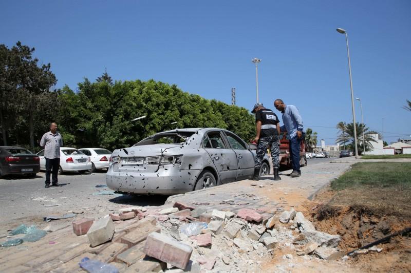 利比亞米蒂加國際機場(Mitiga International Airport)遭飛彈攻擊,當時有2架班機正在降落,幸好飛彈只打中停車場,暫未有傷亡傳出。(路透)