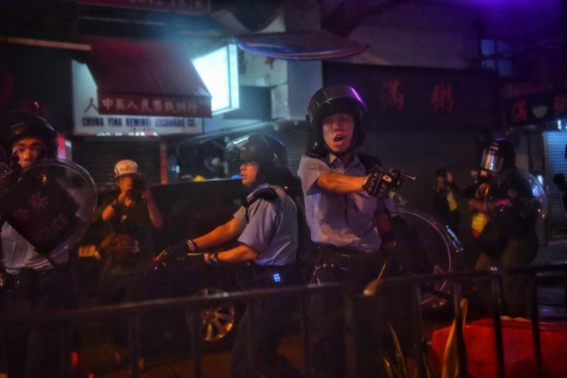 新界南總區警司梁國榮承認警方開槍,卻聲稱是因為「警方受到暴徒襲擊」才開槍。(法新社)