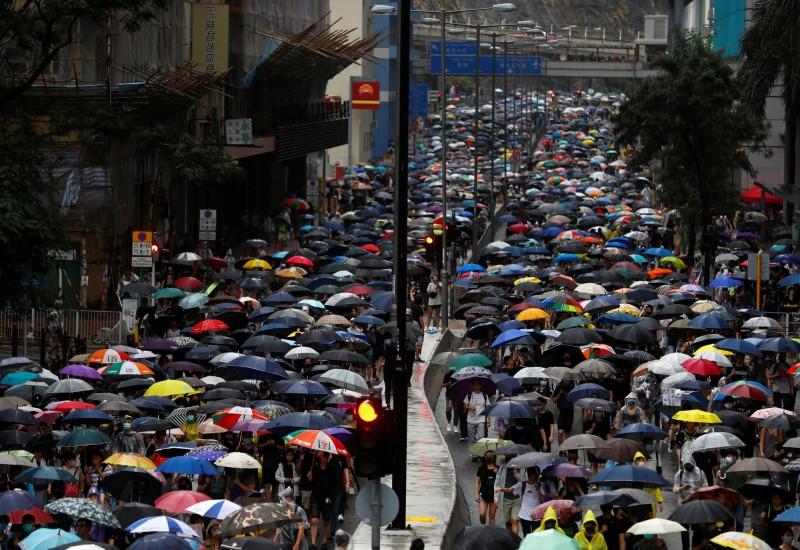 荃葵青(指荃灣、葵涌、青衣等3地區)遊行於下午3時左右出發,群眾高喊「五大訴求,缺一不可」等口號。(路透)