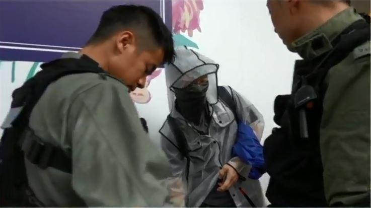 有戴口罩的民眾遭警方攔查,引發群眾不滿。(擷取自《香港電台》直播畫面)