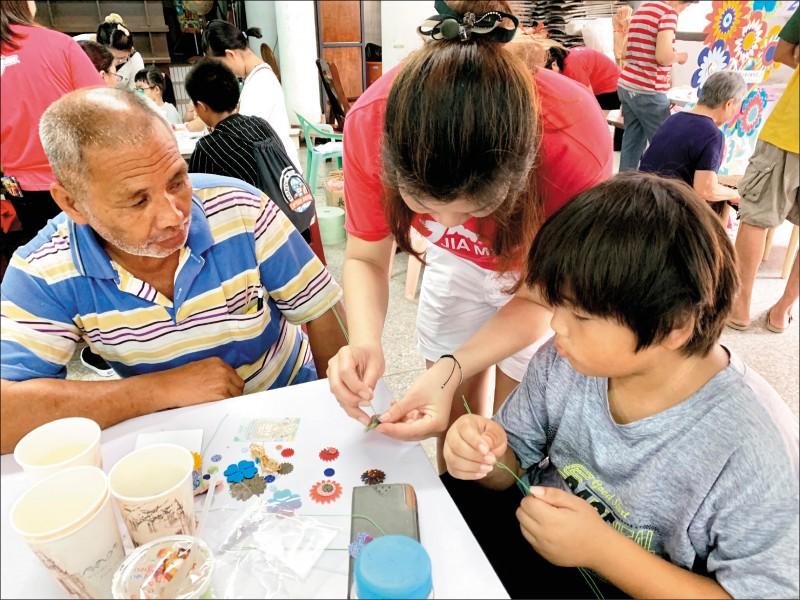 苗栗縣的祖孫們一起動手體驗藺草手工藝,度過難得祖父母日。(記者鄭名翔翻攝)