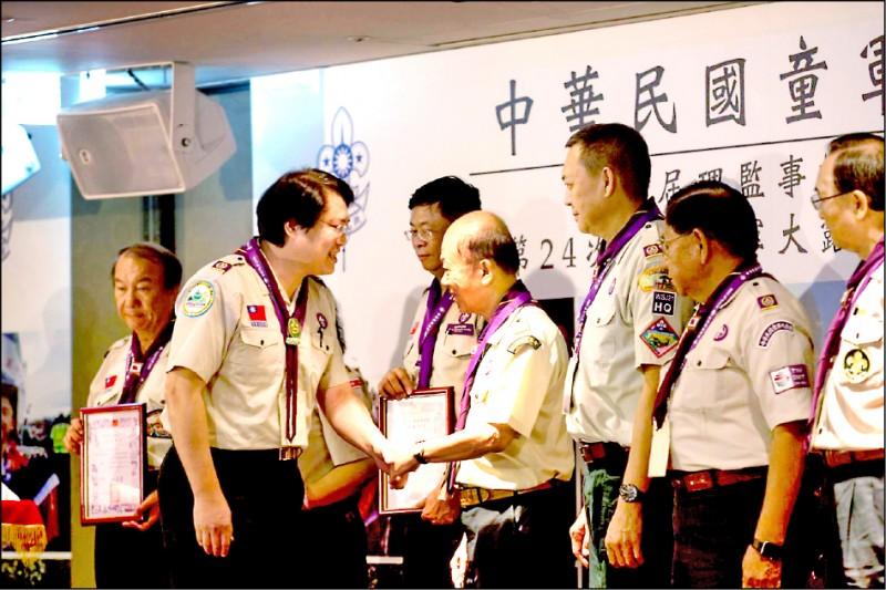 中華民國童軍總會昨天舉行第26屆理事長暨理監事就職典禮,連任理事長的林右昌(前排左一),頒發聘書給新任的理監事。(記者俞肇福翻攝)