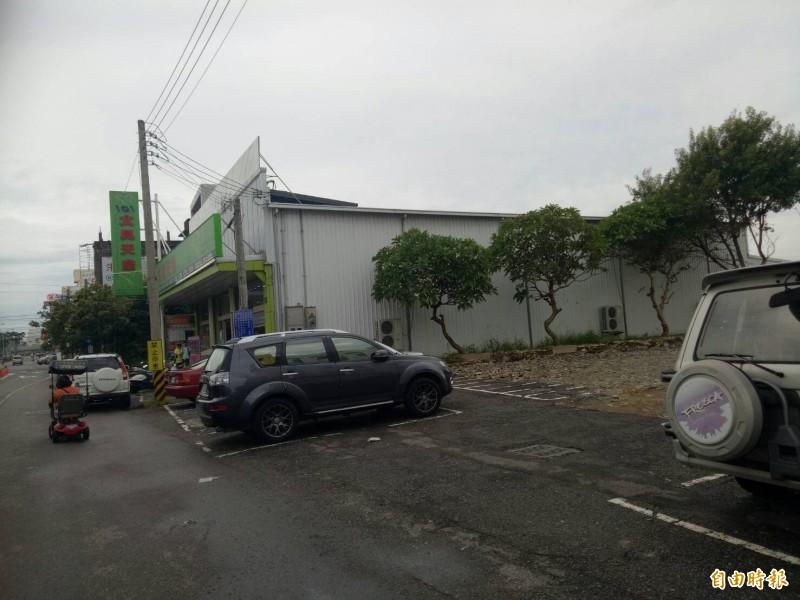 風大茶館不僅歇業,建物近日已拆除殆盡,成為免費停車場,傳聞2嫌以每人75萬元從屏東偷渡到越南,再經陸路進入柬埔寨。(記者張軒哲攝)