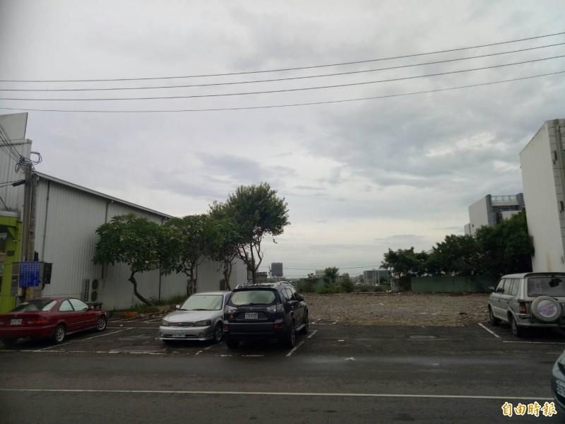 風大茶館不僅歇業,建物近日已拆除殆盡,成為免費停車場。(記者張軒哲攝)